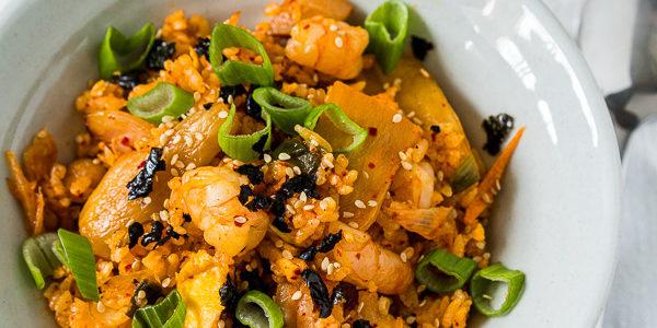 Gebratener Kimchi Reis mit Garnelen und Ei