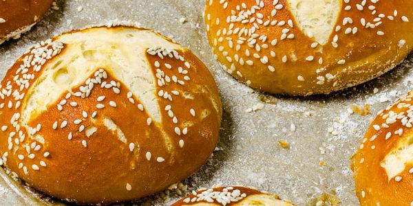 Laugenbrioche Buns im Brotkörbchen